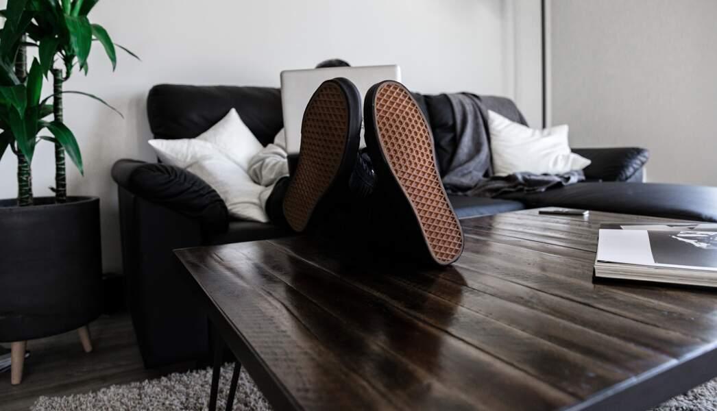 Marcher avec ses chaussures à la maison