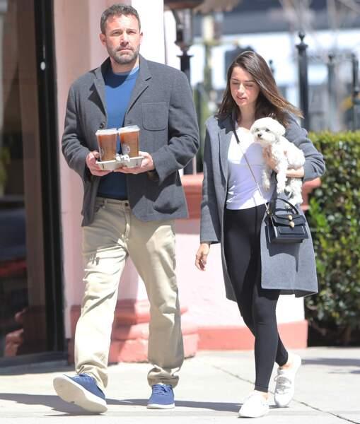 Après la librairie, Ben Affleck et Ana de Armas se promènent à Los Angeles, après avoir acheté des boissons, le 18 mars 2020