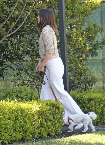 Ana de Armas promène son bichon maltais, le 21 mars 2020