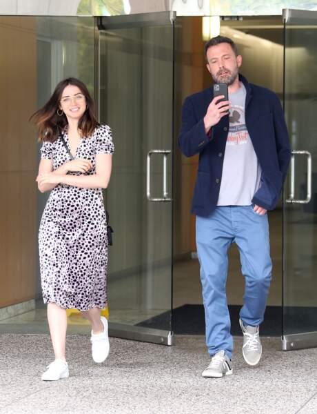 Ben Affleck prend les photographes en photo alors qu'Ana de Armas rigole, à la sortie d'un building, le 20 mars 2020