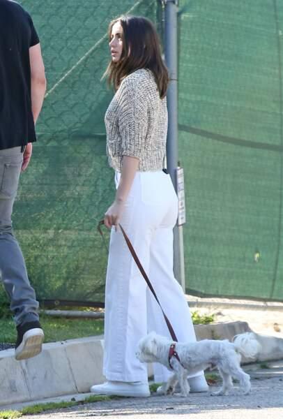 Ana de Armas, actrice cubano-espagnole de 31 ans, promène son chien, le 21 mars 2020