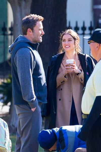 """C'est tout sourire qu'Ana de Armas regarde son partenaire, Ben Affleck, sur le tournage de """"Deep Water"""", le 13 novembre 2019"""