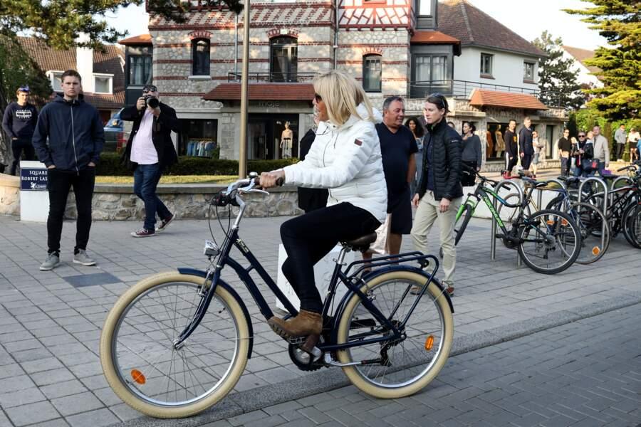 Brigitte Macron décontractée-chic en toute circonstance