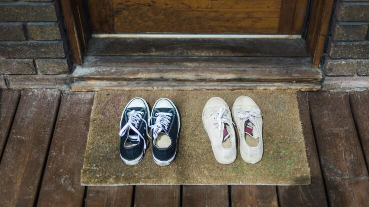 Coronavirus : faut-il retirer ses chaussures et ses vêtements en rentrant chez soi ?