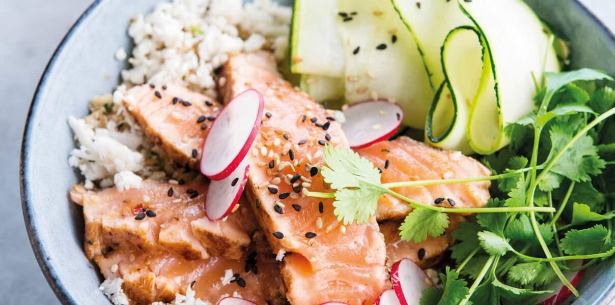Poke bowl au saumon, semoule de chou-fleur, lamelles de concombre et radis roses