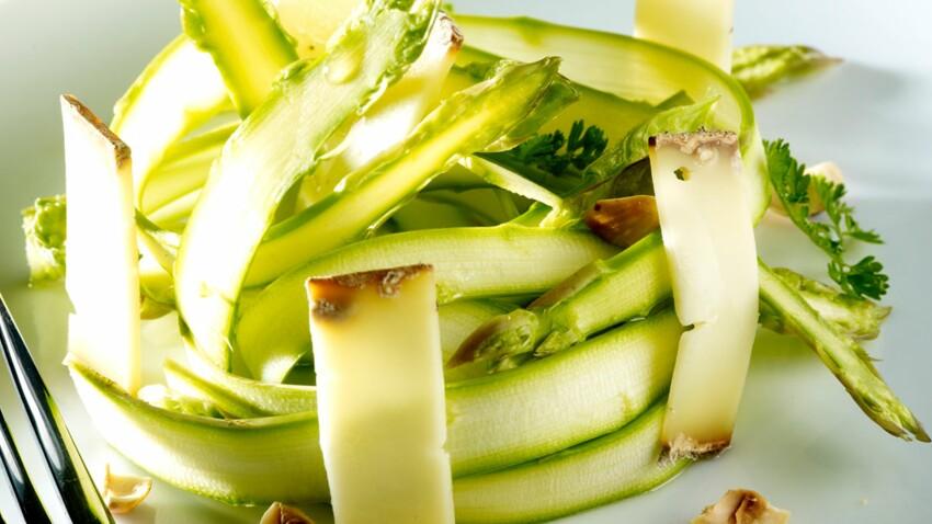 Tagliatelles d'asperges vertes en salade, noisettes et tome des Bauges