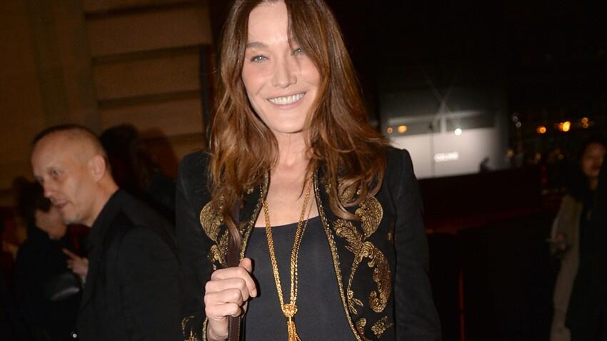 Carla Bruni glamour et sexy s'affiche en robe fendue et décolletée jusqu'aux fesses… (Wow !)