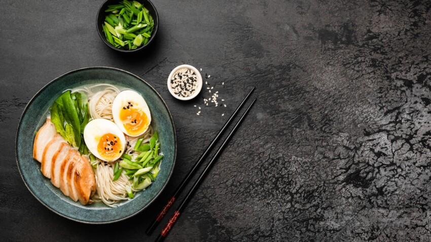 """""""Tous en cuisine"""" : la recette du bouillon de nouilles, œuf et lard de Cyril Lignac"""