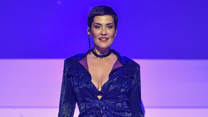 Cristina Cordula en chemise déboutonnée et bermuda, elle affiche un look toujours au top !