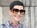 Cristina Cordula sexy et originale : jupe en cuir fendue et couleurs flashy, elle détonne !