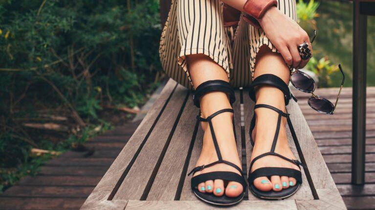 Sandales plates : les modèles les plus tendance de l'été 2020 à adopter