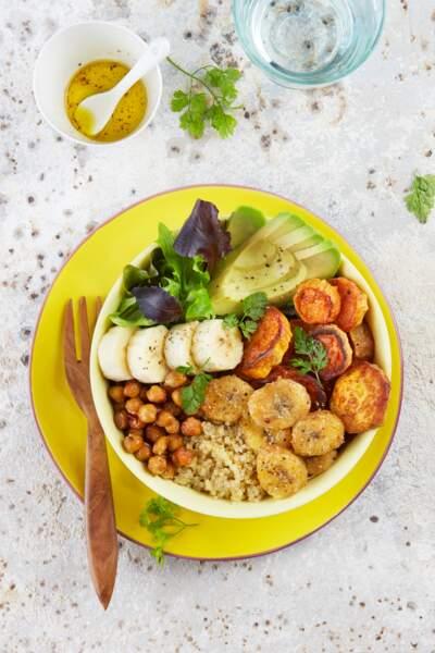 Buddha bowl au quinoa, bananes fraîches et rôties, patates douces, poids chiches, avocat et laitue