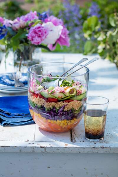 Grande salade colorée, légumes et quinoa