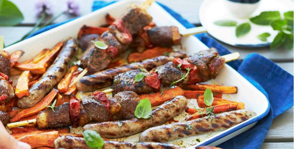 Brochettes, saucisses et frites de patates douces