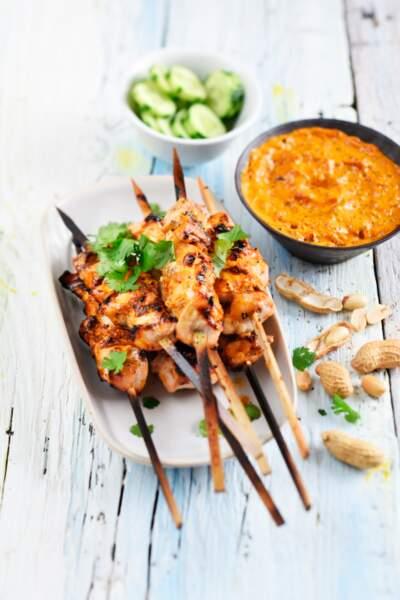 """""""Tous en cuisine"""" : la recette des brochettes de poulet sauce satay, chou grillé de Cyril Lignac"""