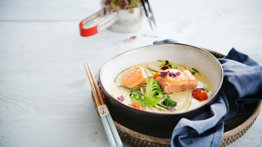 La recette du saumon bouillon thaï et riz aux petits pois de Cyril Lignac
