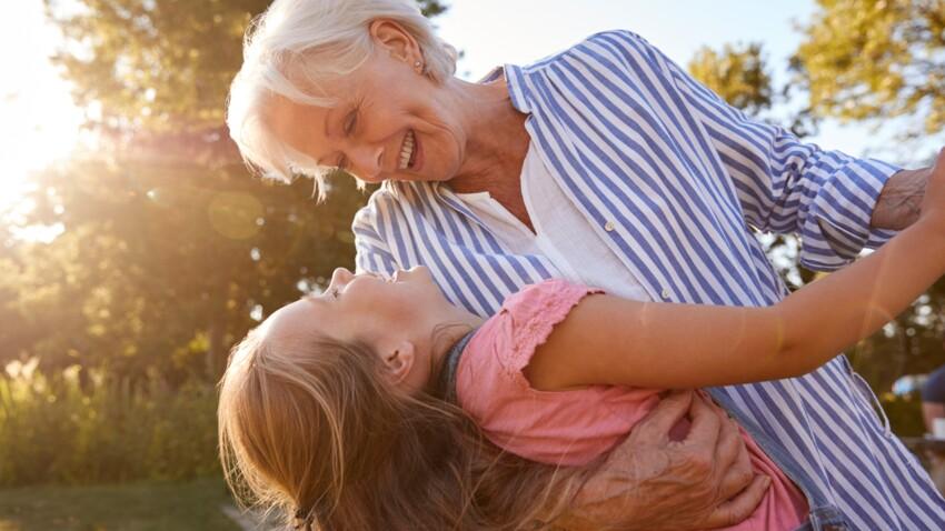 Vacances : faire garder son enfant par les grands-parents cet été, leur rendre visite, est-ce risqué ?