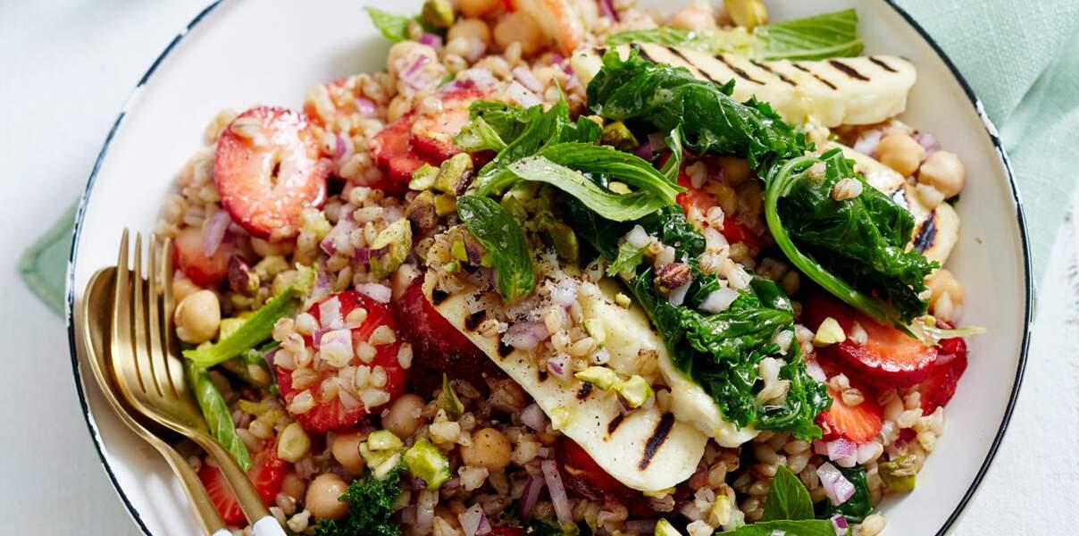 Salade grecque, halloumi grillé et fraises