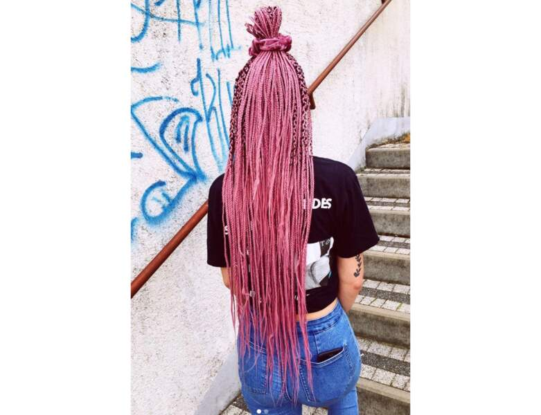 Box braids rose avec bun
