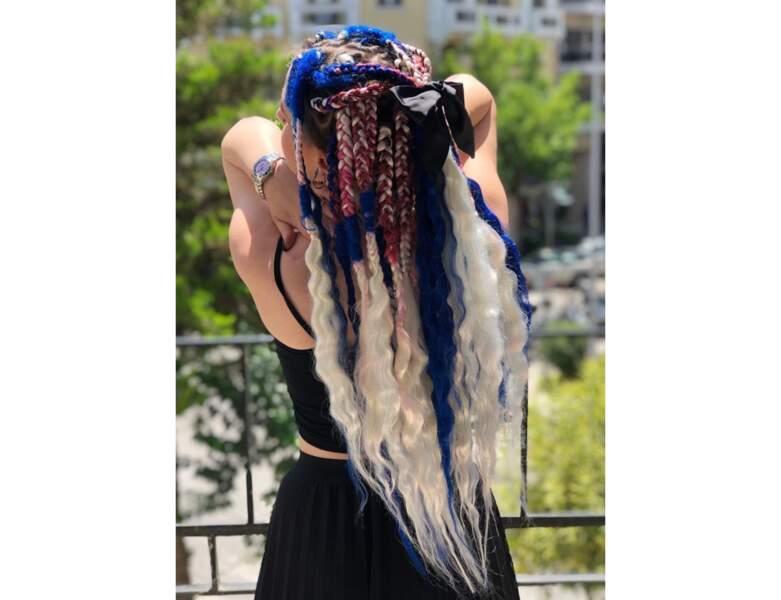 Box braids multicolores avec noeud