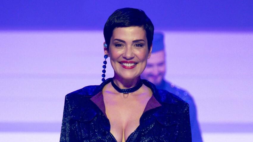 Cristina Cordula : chemise, pantalon fluide et baskets tendance, elle affiche un look au top