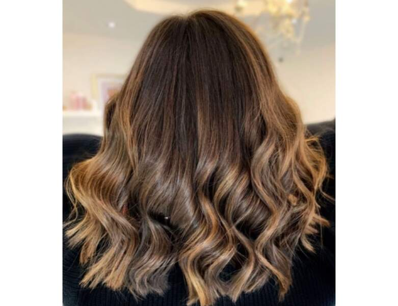 Carré long brun avec un ombré hair blond