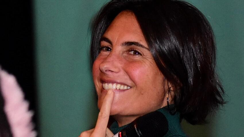 Alessandra Sublet sexy en petite nuisette ultra-décolletée et chapeau XXL, elle séduit la Toile !