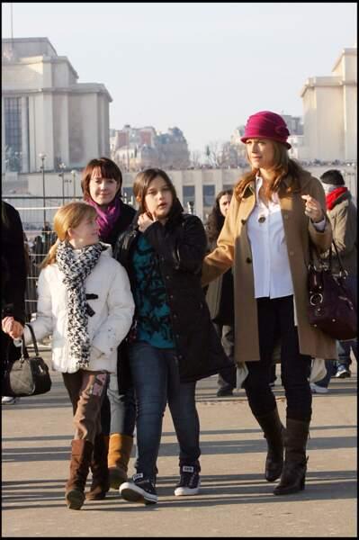 Kelly preston et sa fille Ella Bleu font le traditionnel circuit touristique à Paris