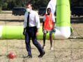 Emmanuel Macron, survolté, joue au foot avec des jeunes (en costume !) - VIDEO