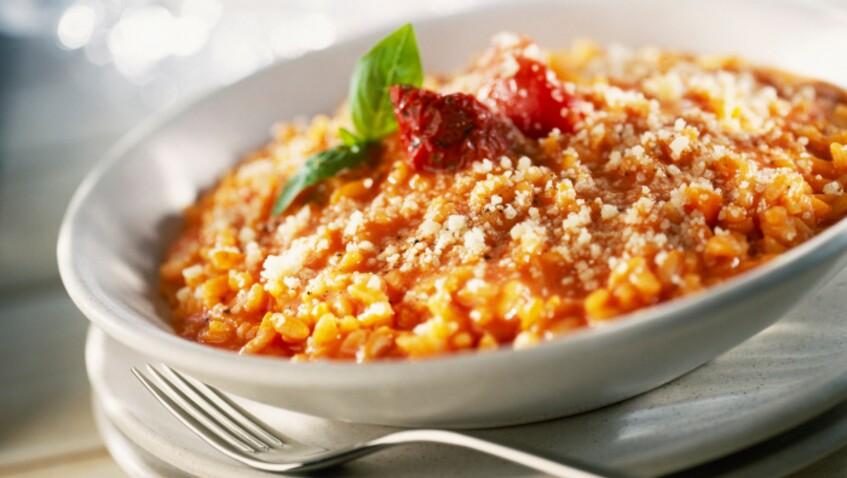 Tous en cuisine : la recette du risotto à la tomate, thon et olives de Cyril Lignac