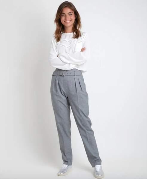 Les pantalons tendance de la rentrée automne-hiver 2020-2021 : gris avec une ceinture tendance