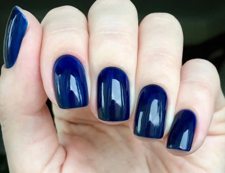 Un bleu profond brillant