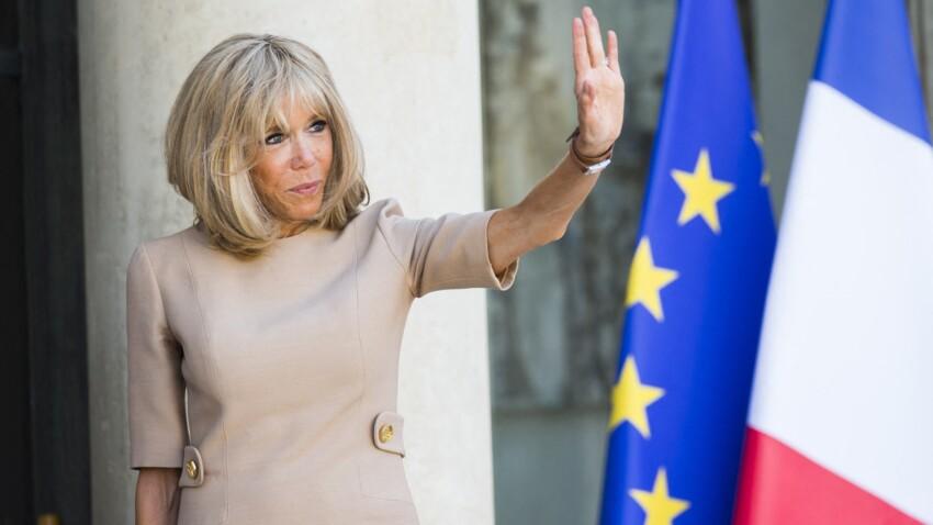 Brigitte Macron sublime en pantalon moulant et veste tendance : elle pose pour la bonne cause