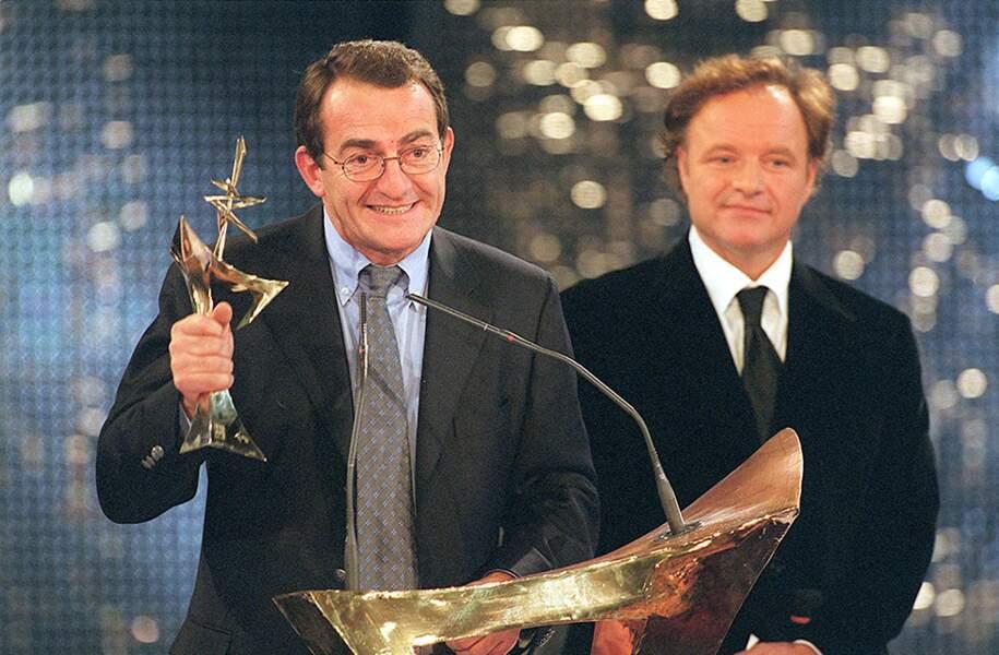 Guillaume Durand remet le 7 d'Or du meilleur présentateur du JT, à Jean-Pierre Pernaut, à la 13ème cérémonie des 7 d'Or, le 2 octobre 1999.