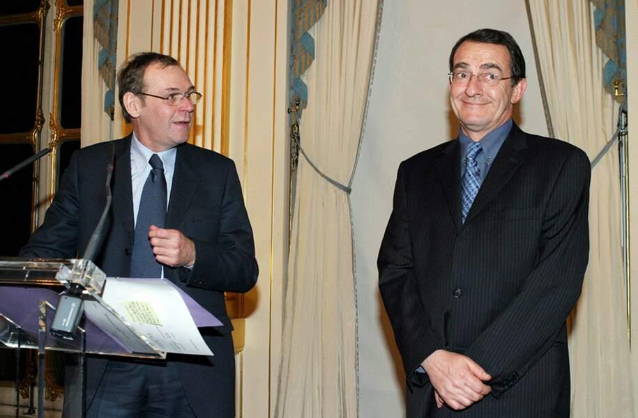 En 2004, Jean-Pierre Pernaut est reçu au ministère de la culture par Jean-Jacques Aillagon, le ministre de la culture, pour lui remettre la médaille de l'ordre national du mérite...
