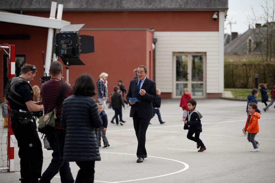 C'est ainsi que, le 12 avril 2018, il se retrouve dans une école à Berd'Huis, une commune dans l'Orne, pour une interview spéciale...