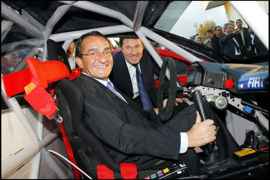 Jean-Pierre Pernaut est un véritable passionné de voitures, comme ici, à Nice, en compagnie du maire Christian Estrosi, où le journaliste est venu prendre possession de sa voiture avec laquelle il participa au trophée Andros, en 2006, avec son fils Olivier.