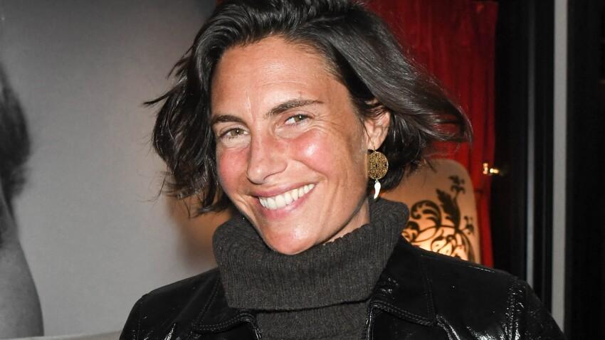 Alessandra Sublet sublime en petite chemise décolletée et foulard tendance (on adore !)