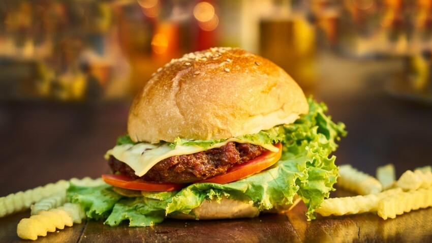 """""""Tous en cuisine"""" : la recette de burger, oignons confits et sauce tartare de Cyril Lignac"""