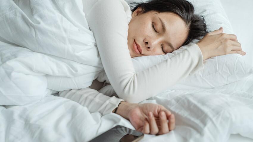 Comment la lune influence-t-elle notre sommeil ? Une étude répond