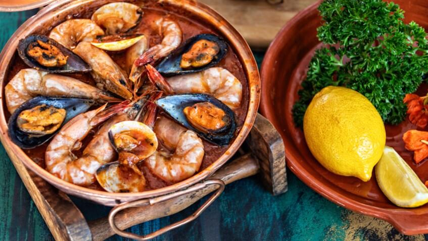 """""""Tous en cuisine"""" : la recette de la cataplana aux fruits de mer de Cyril Lignac"""