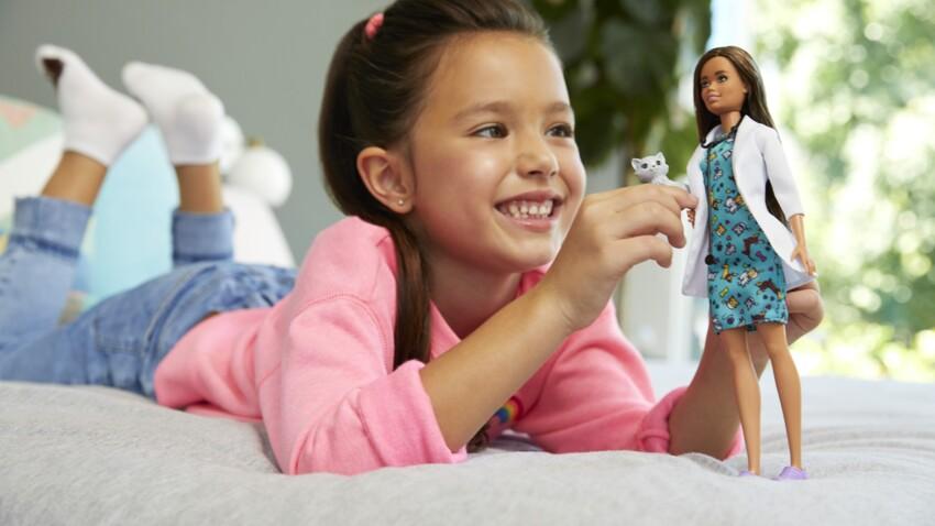 Poupées, figurines : comment jouer seul développe l'empathie des enfants ?
