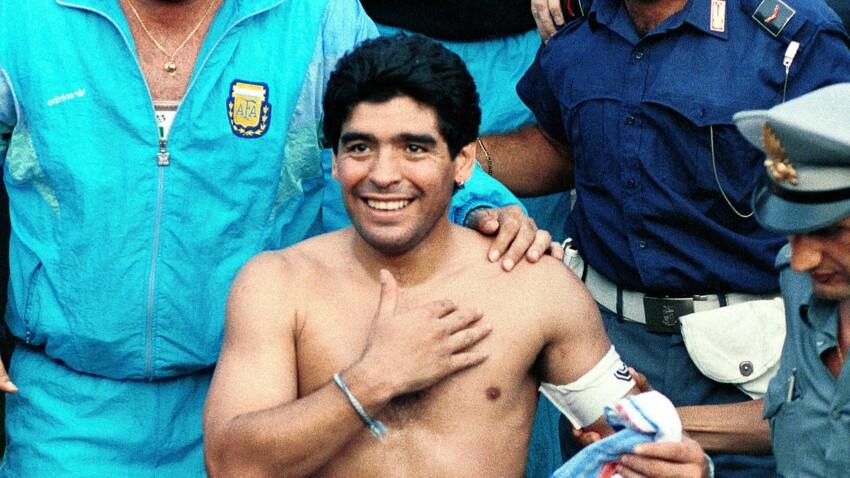Selfie funèbre avec Maradona: ces photos choquantes de fans devant la dépouille de l'ex-star du football