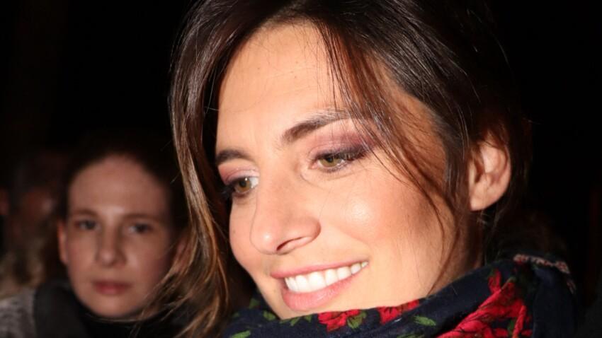 Laëtitia Milot : pull tendance et accessoire inhabituel pour annoncer un rendez-vous à ses fans