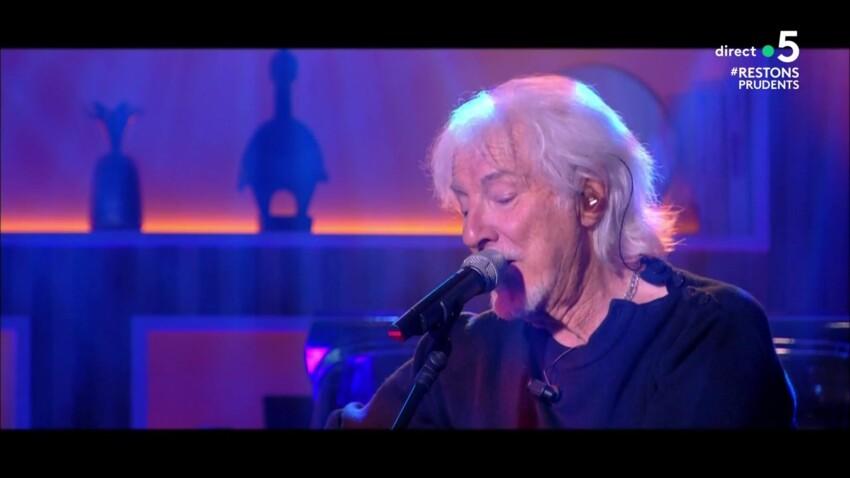 """""""C à vous"""" : Hugues Aufray, victime d'un trou de mémoire en direct, fredonne sa chanson"""
