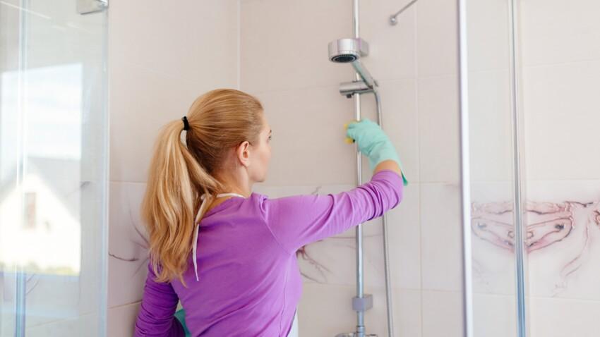 L'erreur que l'on fait tous en nettoyant sa douche (et qui rajoute du calcaire)
