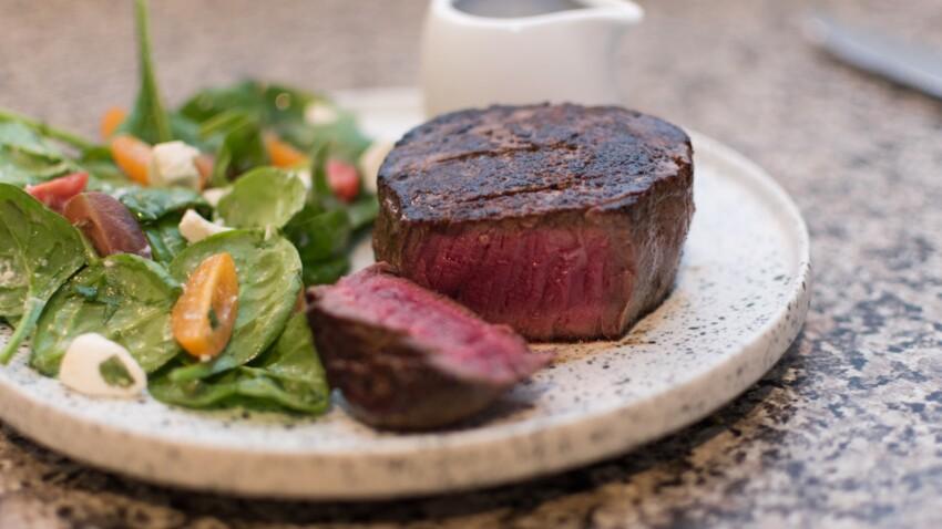 """""""Tous en cuisine"""" : la recette du filet de boeuf au poivre et salade d'épinards de Cyril Lignac"""