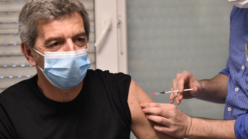 Michel Cymes se fait vacciner en direct pour montrer l'exemple - VIDEO