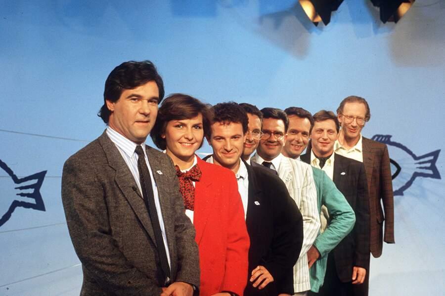 """Le journaliste a créé, en 1975, """"Thalassa"""" sur FR3, devenu France 3. L'émission, avec plus de quarante ans de longévité, a su traverser les années. Sur la photo, Georges Pernoud présente le nouveau décor et son équipe de journalistes, en octobre 1985."""