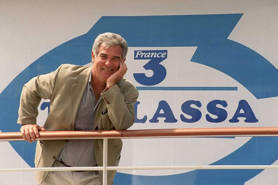 """L'émission connaît un tel succès qu'en 2000, c'est à bord d'une péniche-studio amarrée sur la Seine qu'il anime et prépare """"Thalassa""""."""